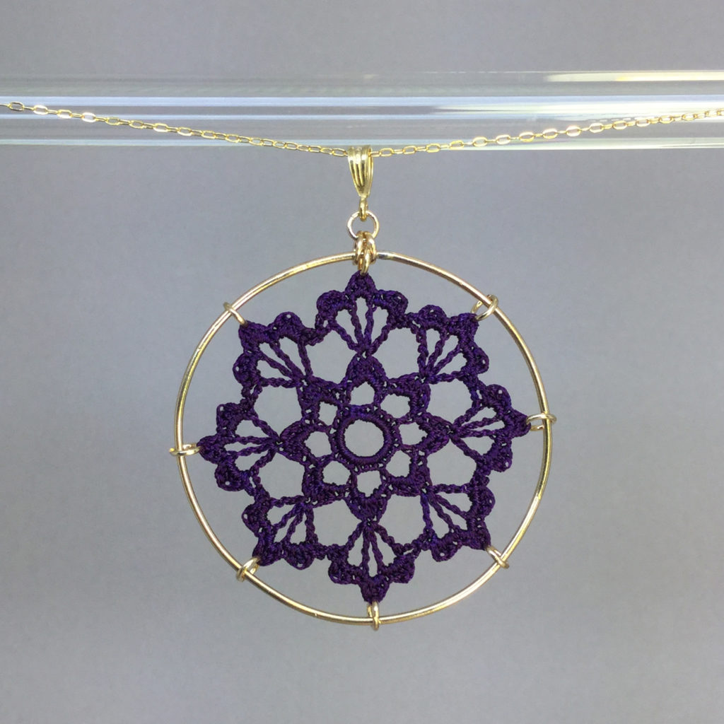 Scallops necklace, gold, purple thread