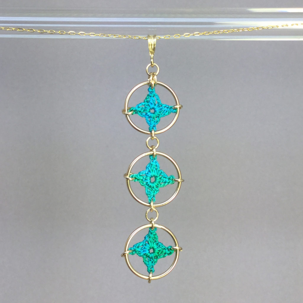 Spangles 3 necklace, gold, shamrock green thread