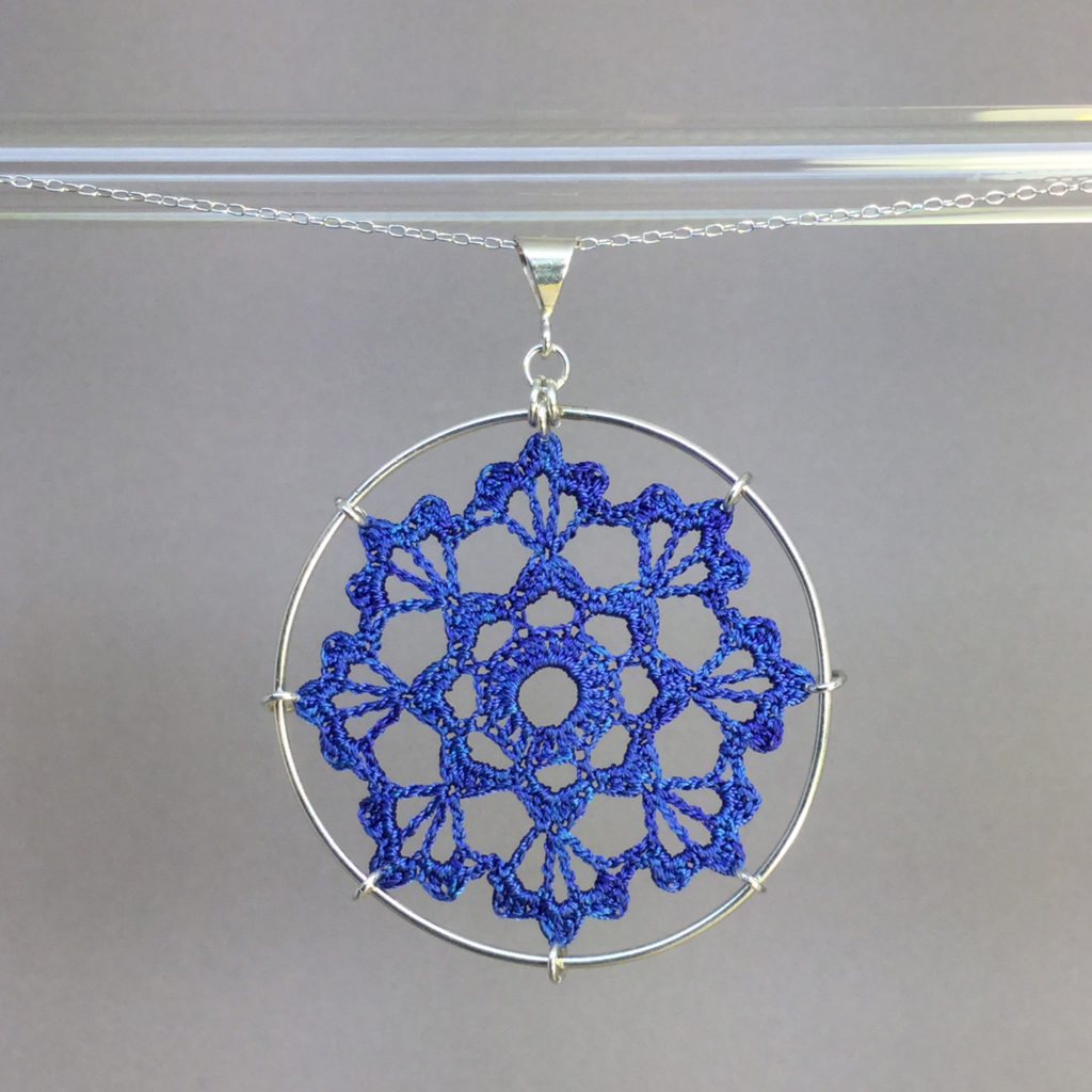Scallops necklace, silver, blue thread