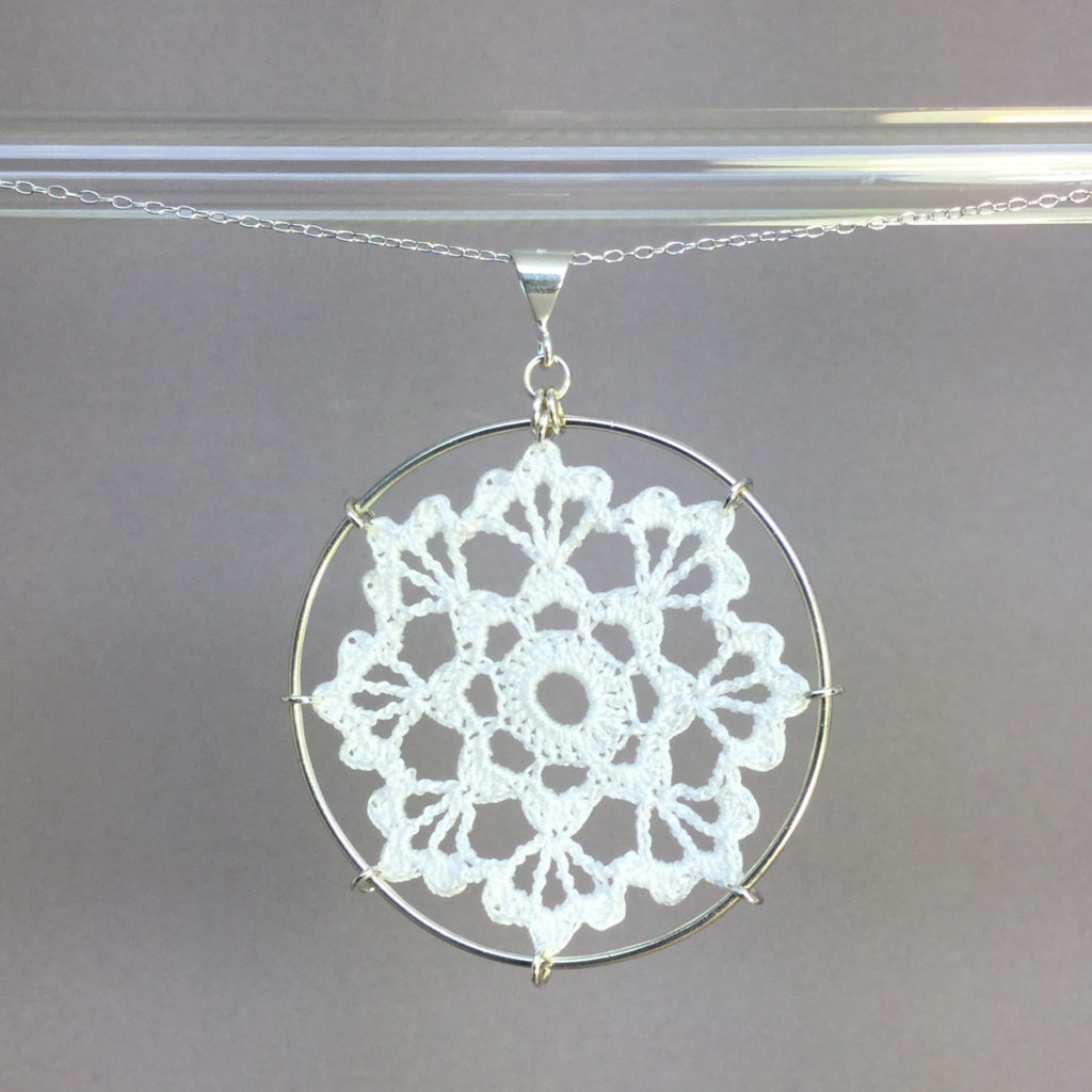 Scallops necklace, silver, white thread