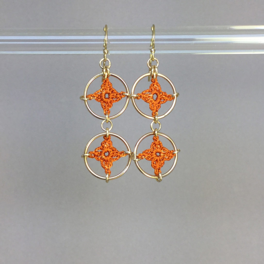 Spangles 2 earrings, gold, orange thread