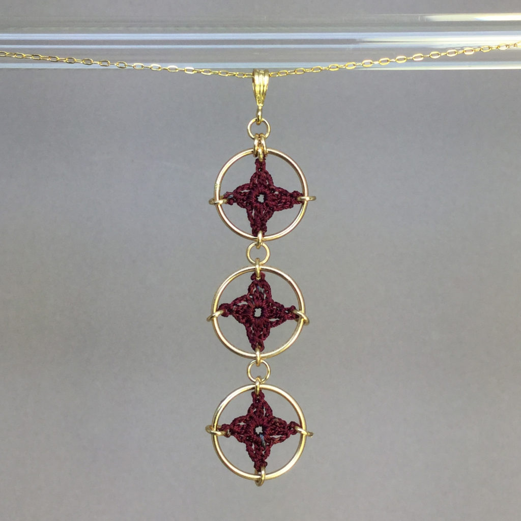 Spangles 3 necklace, gold, maroon thread
