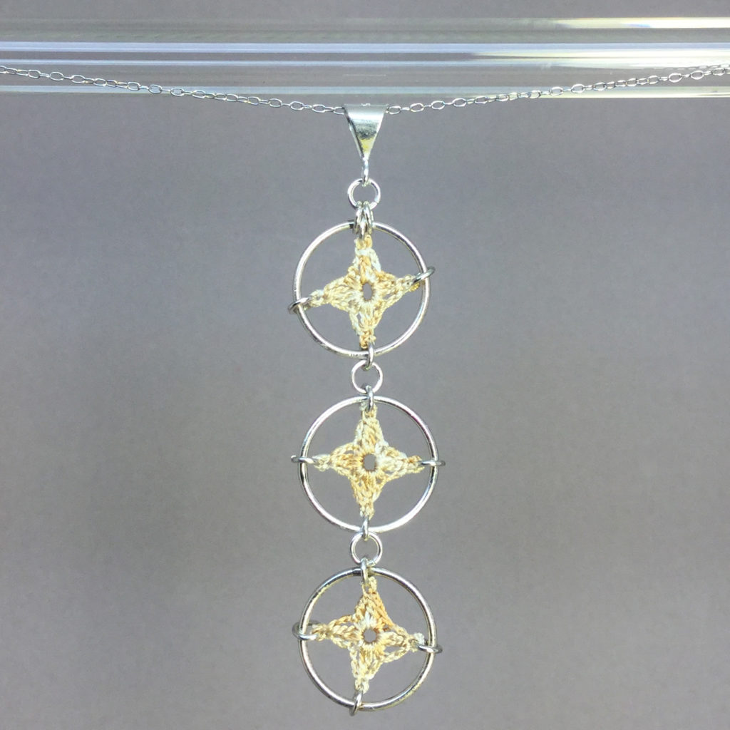 Spangles 3 necklace, silver, french vanilla thread