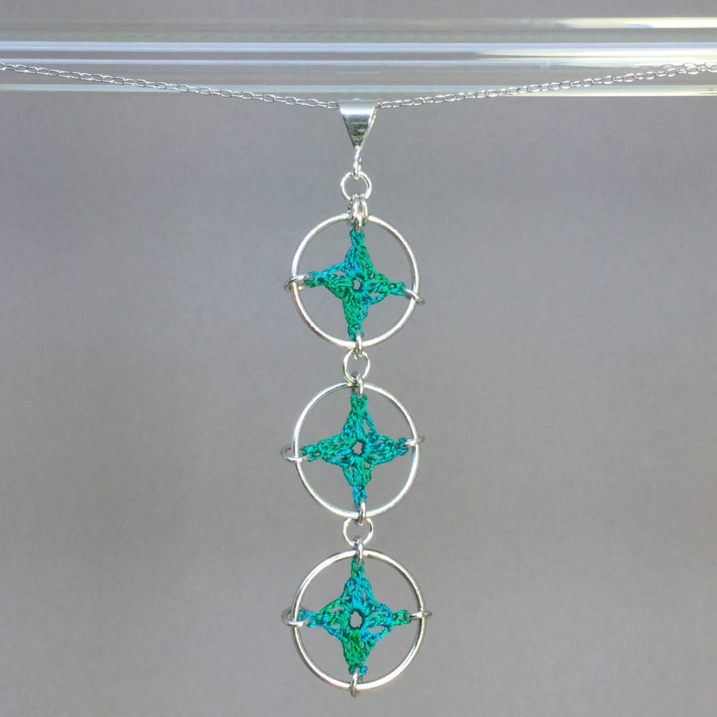 Spangles 3 necklace, silver, shamrock green thread