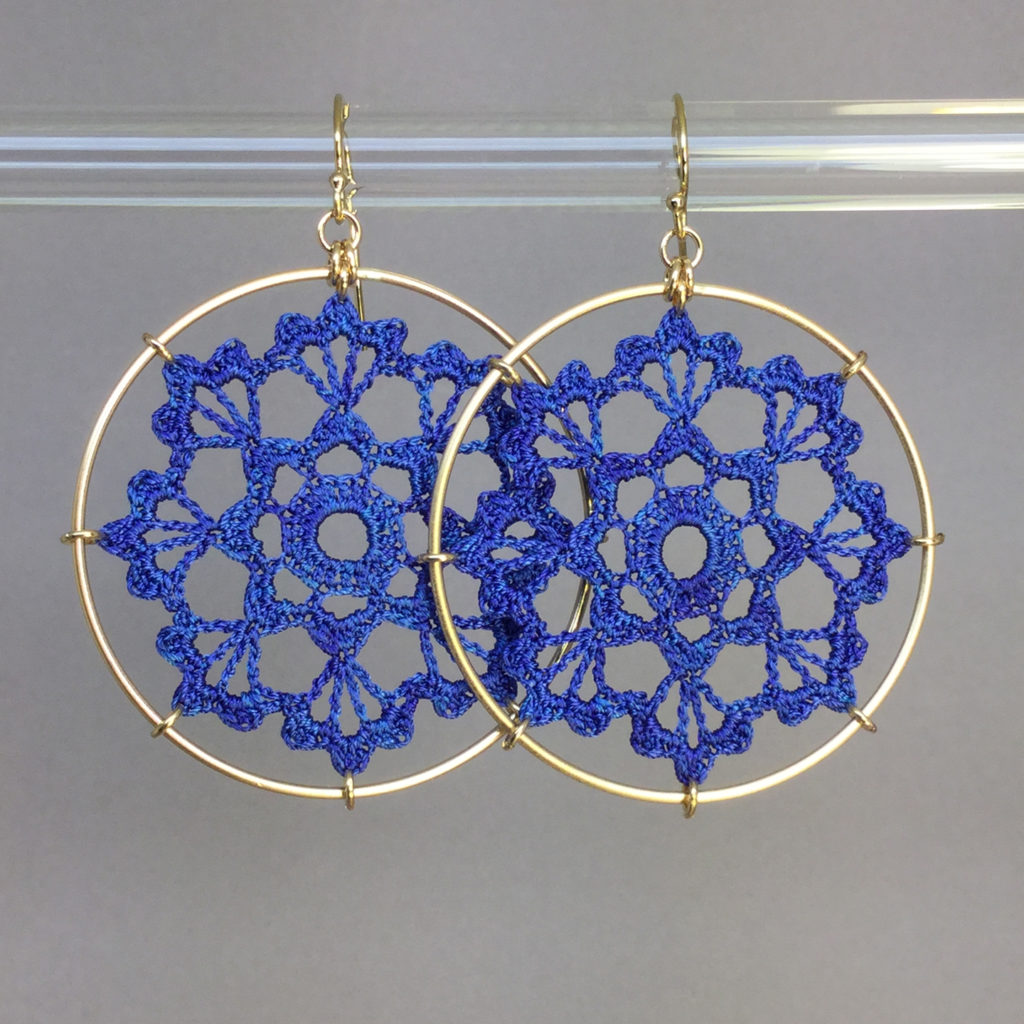 Scallops earrings, gold, blue thread