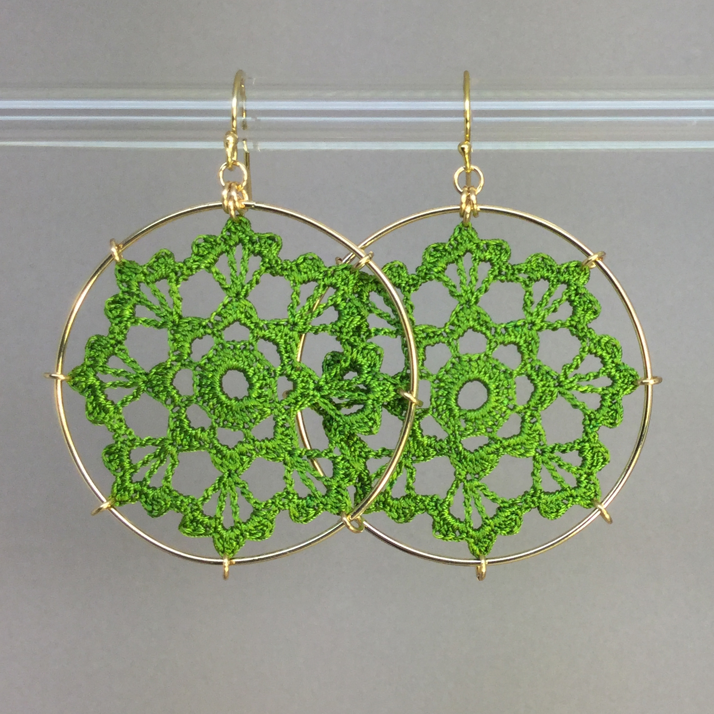 Scallops earrings, gold, parrot green thread