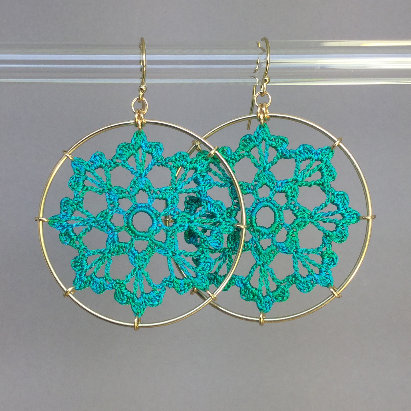 Scallops earrings, gold, shamrock green thread