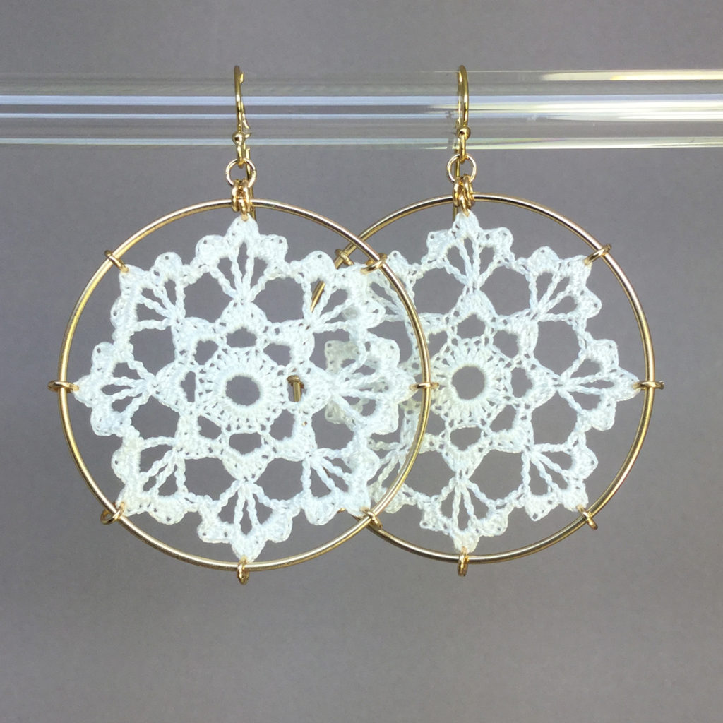 Scallops earrings, gold, white thread