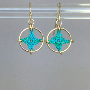 Spangles 1 earrings, gold, shamrock green thread