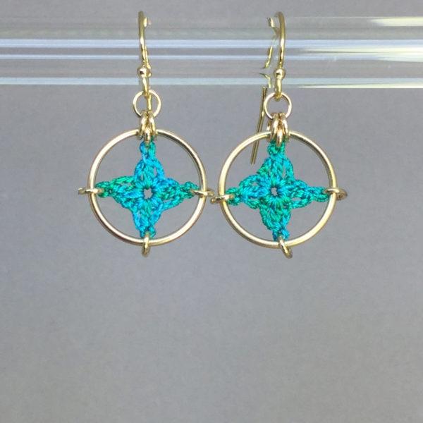 Spangles 1 earrings, gold, shamrock green thread
