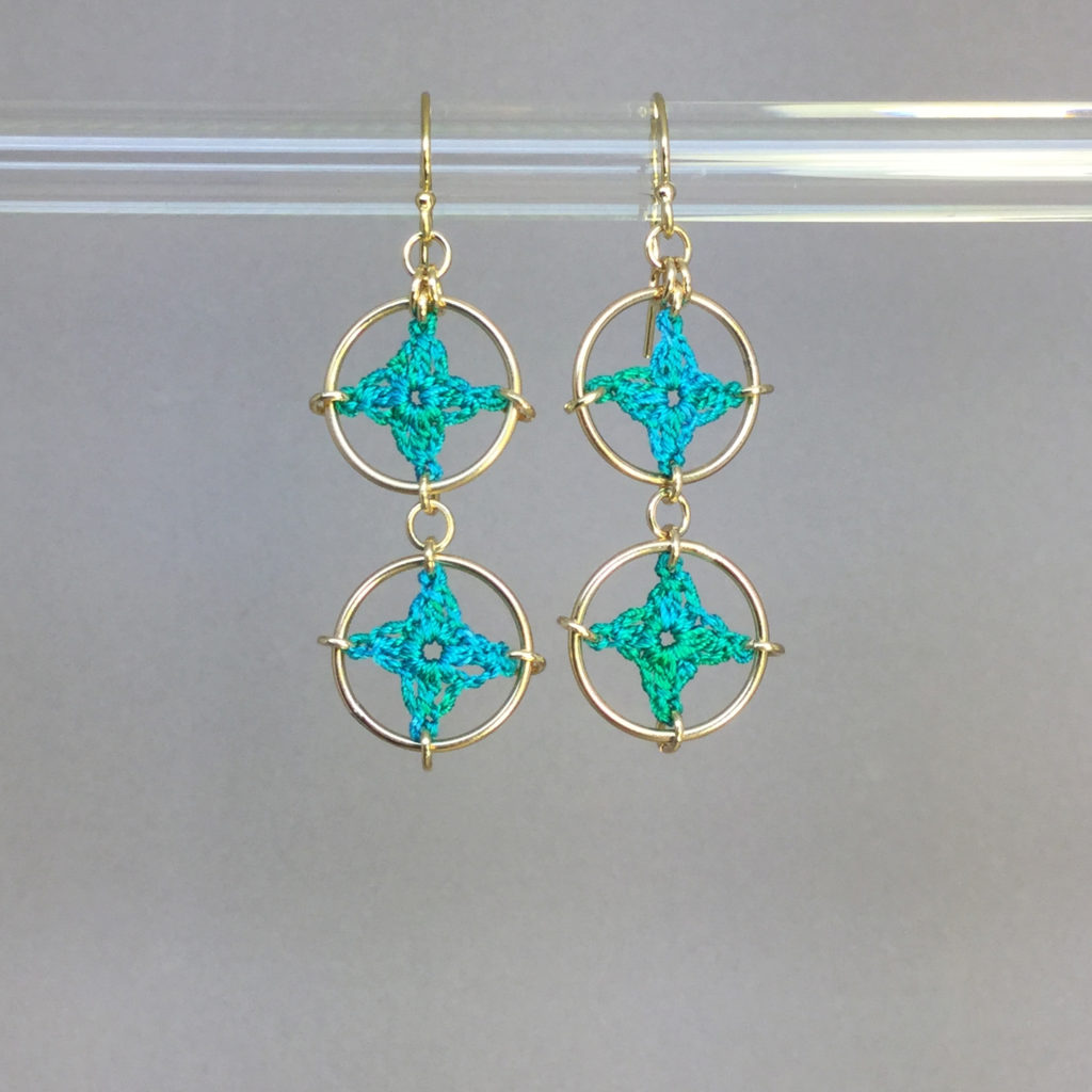 Spangles 2 earrings, gold, shamrock green thread