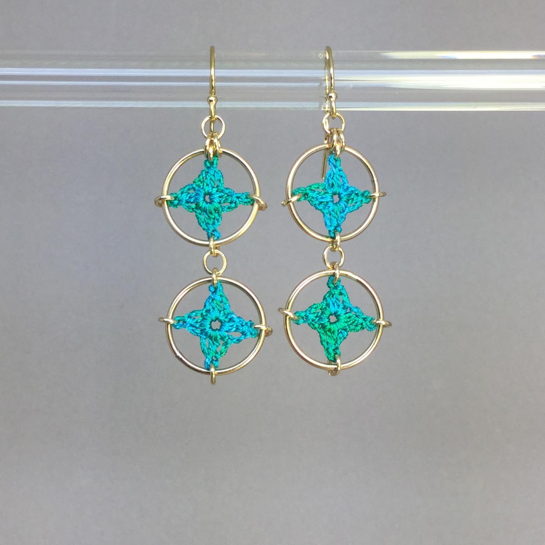 Spangles 2 earrings, gold, shamrock green thread