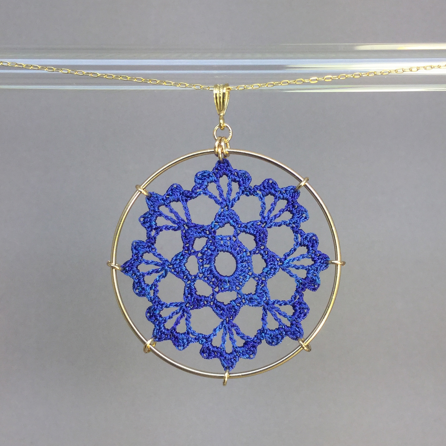 Scallops necklace, gold, blue thread