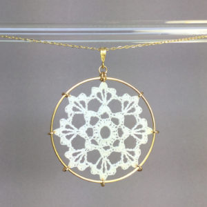 Scallops necklace, gold, white thread