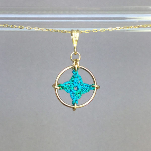 Spangles 1 necklace, gold, shamrock green thread