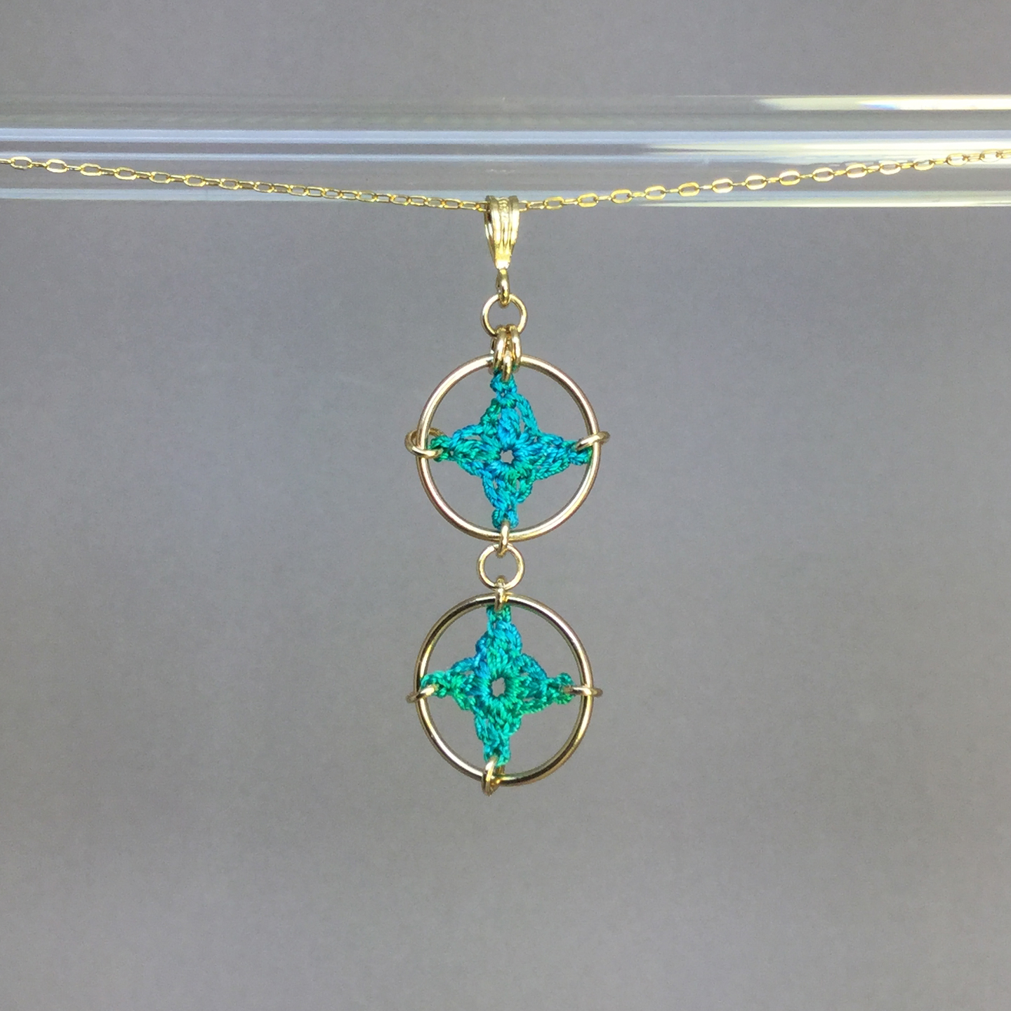 Spangles 2 necklace, gold, shamrock green thread