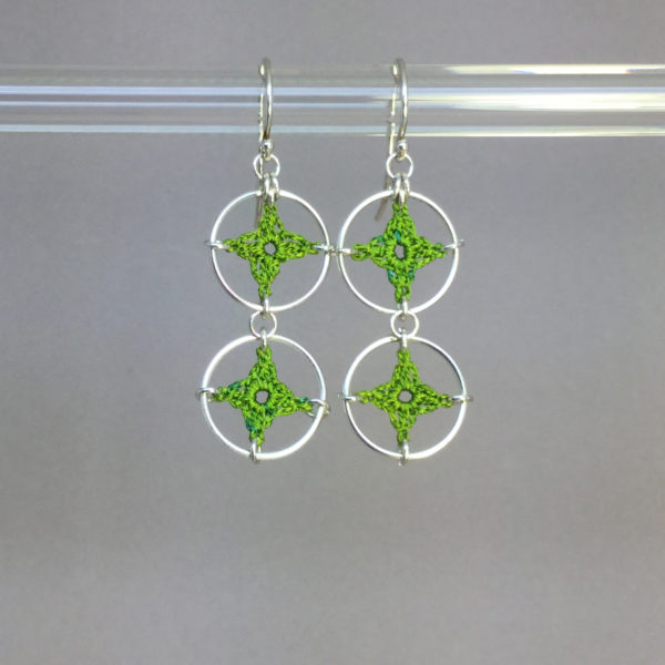 Spangles 2 earrings, silver, parrot green thread