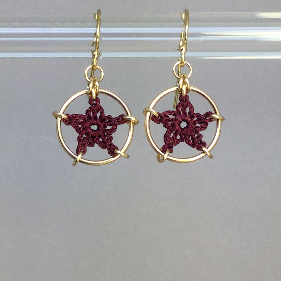 Stars earrings, gold, maroon thread