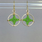 Spangles 1 earrings, gold, parrot green thread