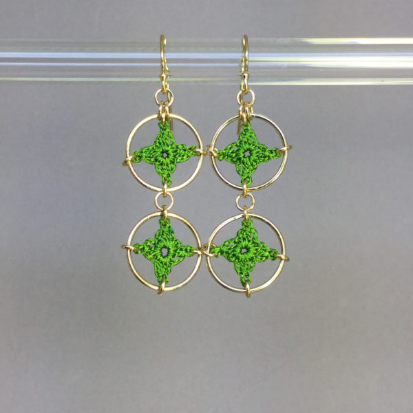Spangles 2 earrings, gold, parrot green thread