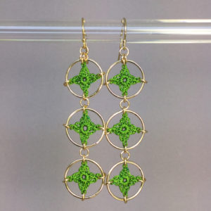 Spangles 3 earrings, gold, parrot green thread