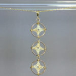 Spangles 3 necklace, gold, french vanilla thread