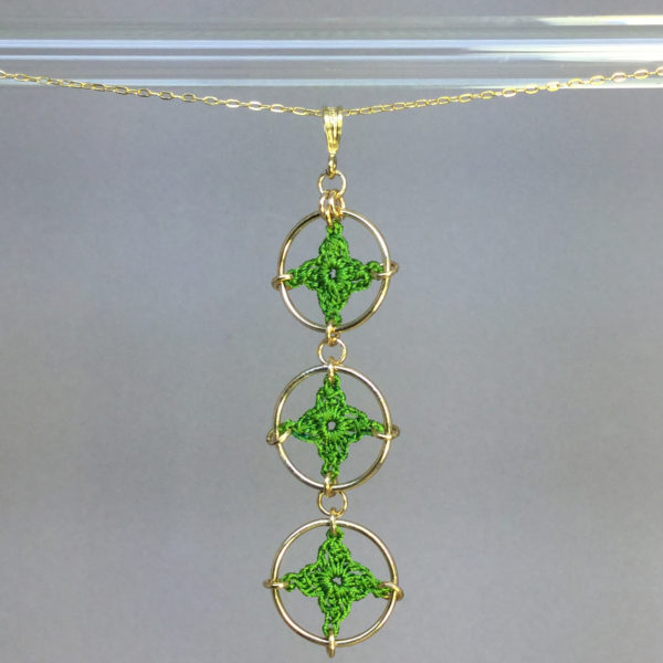 Spangles 3 necklace, gold, parrot green thread